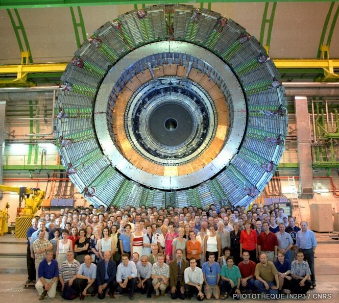 Collaboration DELPHI devant leur détecteur au CERN
