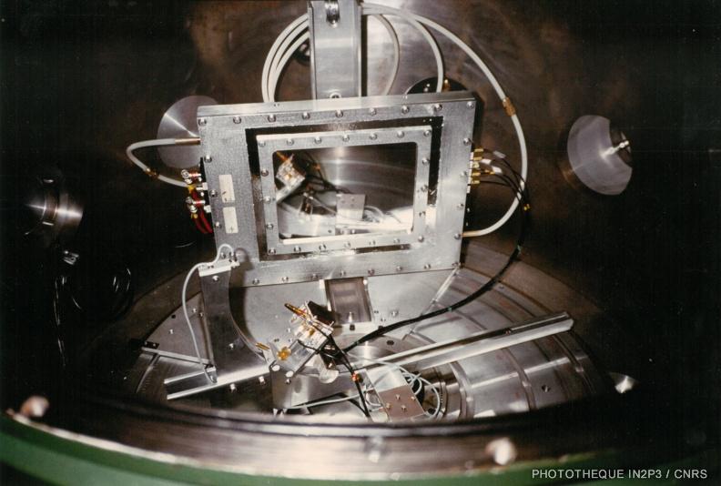 LPC Caen, La reconversion (1970-1980). Détecteur gazeux à plaques parallèles à localisation spatiale (fission séquentielle IPN Orsay 1979 – Dispositif expérimental utilisé à l'accélérateur ALICE).