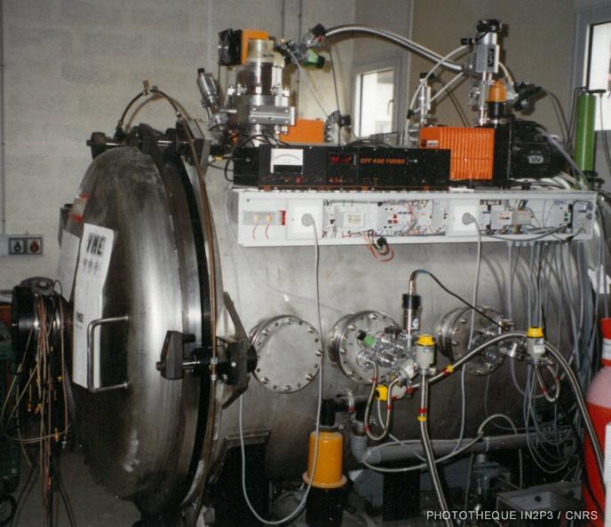 LPC Caen, La reconversion (1970-1980). Enceinte à vide INO permettant la réalisation de nombreux tests au sein du laboratoire.