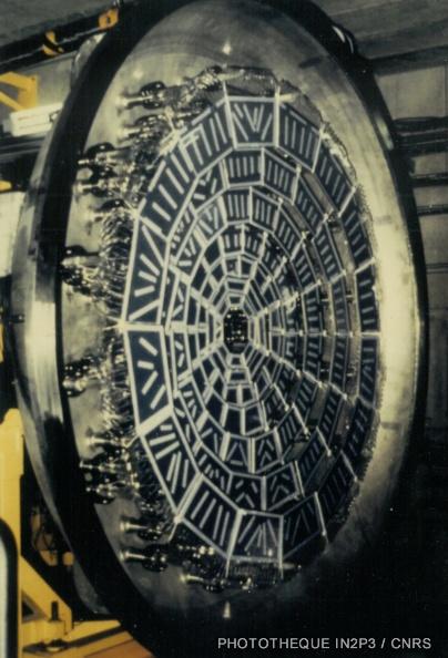 LPC Caen, La reconversion (1970-1980). Le mur de plastique : ensemble de scintillateurs plastiques plans regroupés en couronnes concentriques identifiant les noyaux légers jusqu'à l'oxygène.
