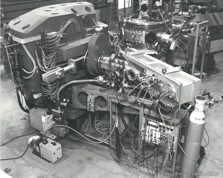 LPC Caen, La reconversion (1970-1980). Spectromètre magnétique des aires expérimentales de l'ensemble ALICE de l'IPN Orsay : aimant déflecteur et chambre d'ionisation (1977).