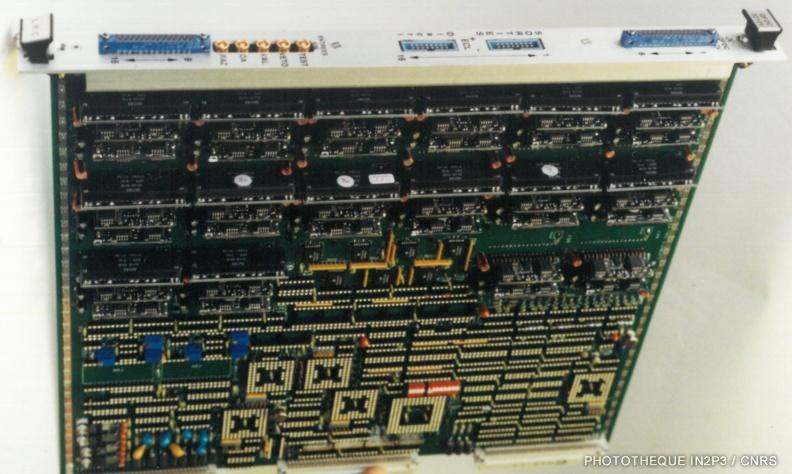 Le LPC Caen, La montée en puissance (1980-2000). Carte électronique au standard VXI conçue et réalisée en collaboration avec le LAL Orsay (Carte Trigger INDRA).