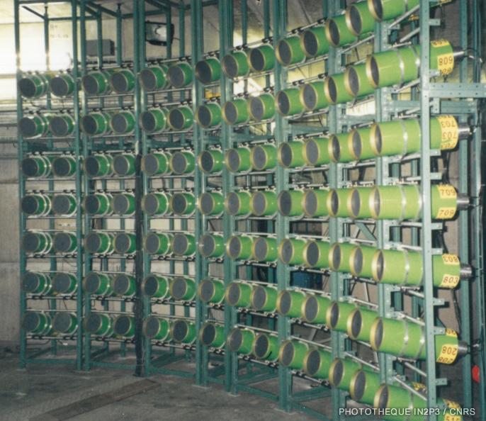 Le LPC Caen, La montée en puissance (1980-2000). Le détecteur modulaire de neutrons (DéMoN) composé de modules remplis de scintillateur liquide.