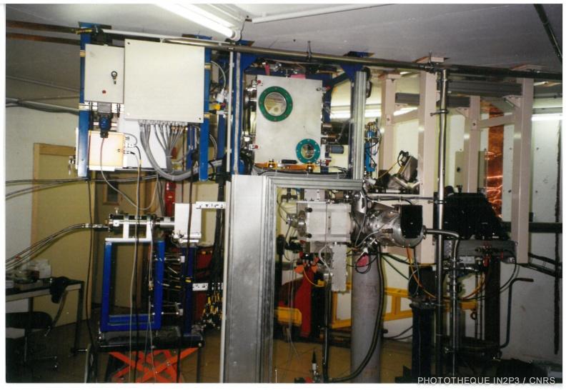 Le LPC Caen, La montée en puissance (1980-2000). Conception et réalisation d'une station d'identification pour la ligne SPIRAL au GANIL. Une bande aliminisée recueille les noyaux d'intérêt qui sont transportés devant des détecteurs.