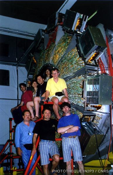 Membres de la collaboration BaBar devant le détecteur Cherenkov DIRC de l'expérience