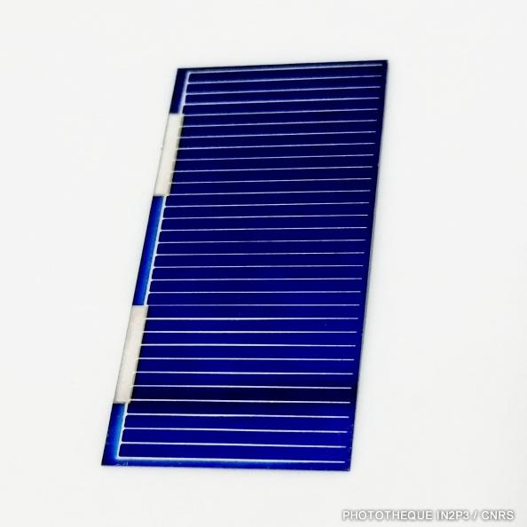 Cellule photovoltaïque permettant la détection des fragments de fission